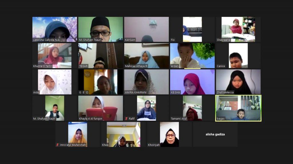 Murajaah online menjadi salah satu solusi pembelajaran tahfidh di SD Muhammadiyah Manyar (SDMM) Gresik. Sekolah berjuluk Kampus Biru itu tetap memantau hafalan siswanya meski dalam kondisi pandemi.