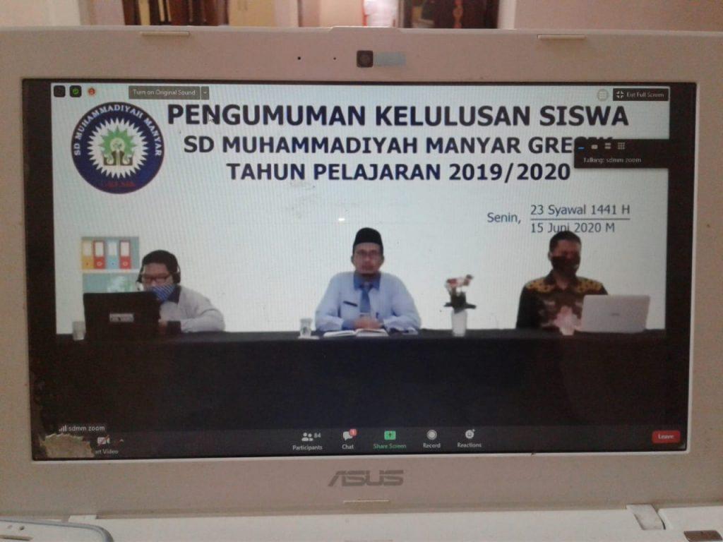 Sujud syukur dari rumah, momen mengharukan dalam pengumuman kelulusan siswa kelas VI SD Muhammadiyah Manyar (SDMM) secara virtual.