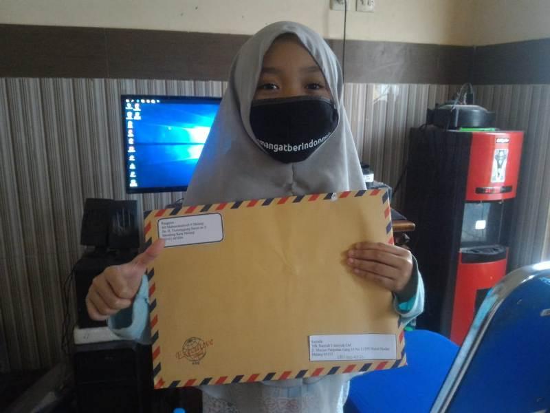 Bariyah Umniyah M, siswa kelas 3 Salamah menunjukkan kiriman rapor SDM 9 Kota Malang. (Uzlifah/PWMU.CO)