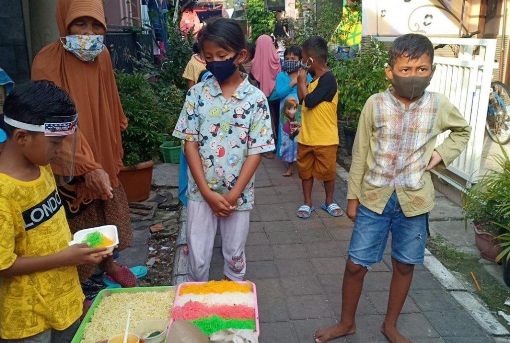Tradisi riyoyo kupat atau hari raya ketupat di Kampung Nelayan RW 2 Kelurahan Sukolilo Baru, Surabaya berlangsung unik.