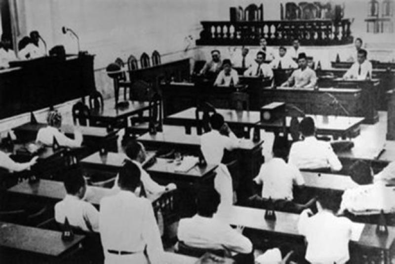 Sidang pleno BPUPKI membahas Piagam Jakarta.