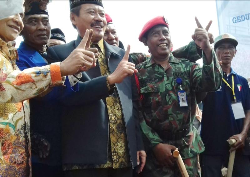 Kader PRM Sukolilo Sugeng Purnomo, berpakaian Kokam, saat peresmian gedung baru SDM 9 Bahari. (dokumentasi prm)