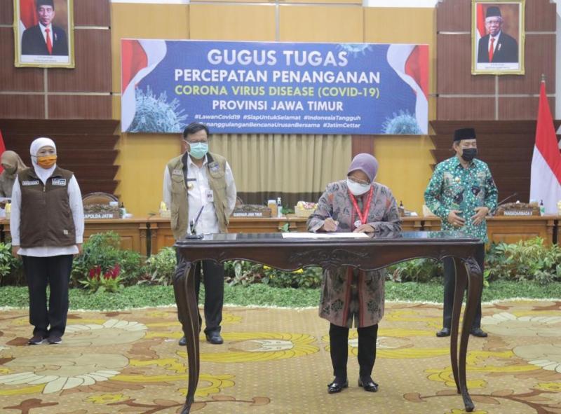 Walikota Surabaya Tri Rismaharini tanda tangan kesepakatan Tiga Kepala Daerah memberantas Covid-19. (Faishol/PWMU.CO)