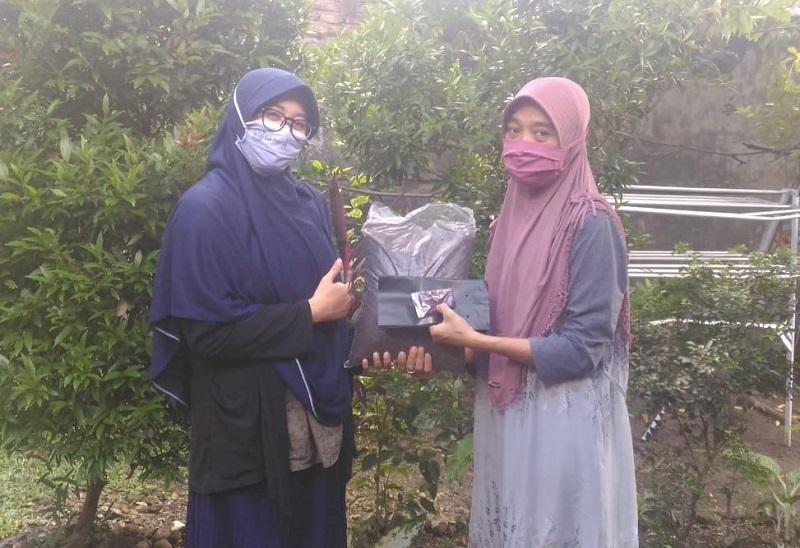 Mahasiswa UMM mengajak masyarakat menanam kangkung menghadapi pandemi Covid-19, Rabu (10/06/20).