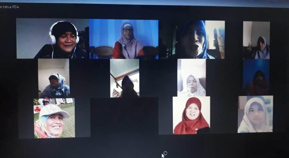 Emak-emak Aisyiyah Sumorame, Candi Sidoarjo semangat ngaji online via Zoom. Kegiatan yang sebelumnya digelar offline itu berlangsung Senin (7/6/20).