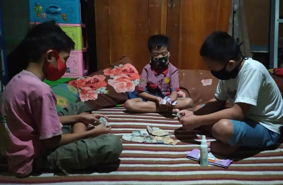 Habit sedekah para siswa Mimdaka tetap berlanjut meski sedang menjalani pembelajaran di rumah. Seperti yang dilakukan tiga siswa pada Jumat (12/6/20).