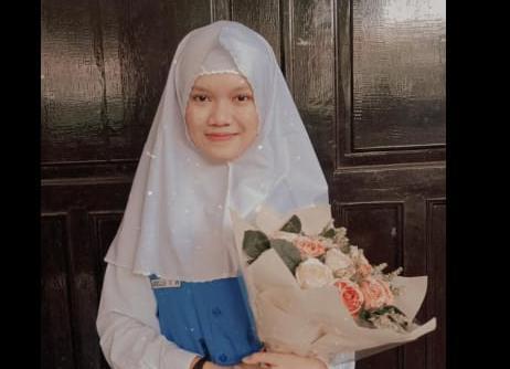 Momen haru menyelimuti Wisuda Virtual SMP Muhammadiyah 12 (Spemdalas) GKB Gresik, Jumat (5/5/20). Kegiatan yang diselenggarakan secara online ini berlangsung dengan khidmat, mengharukan, sekaligus menggembirakan.