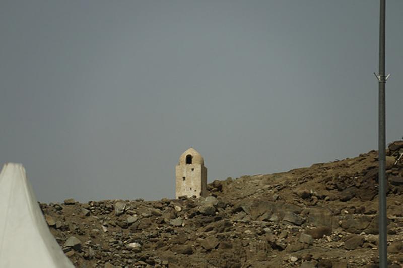 Kisah Nabi Ibrahim mempersembahkan kurban anaknya di Bukit Mina. Tempat itu sekarang ditandai tugu.