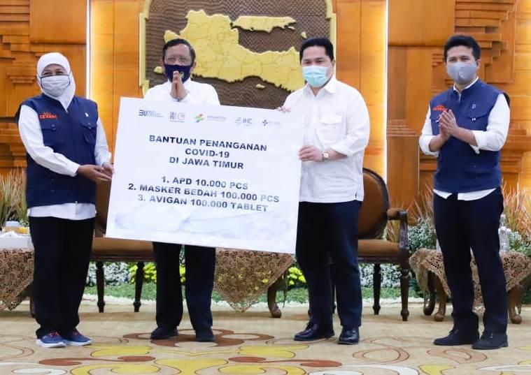 Pemerintah pusat gelontor bantuan ke Jatim untuk tangani covid-19. Bantuan diserahkan Menkopolhukam Mahfud MD dan Menteri BUMN Erick Thohir. (Faishol/PWMU.CO)