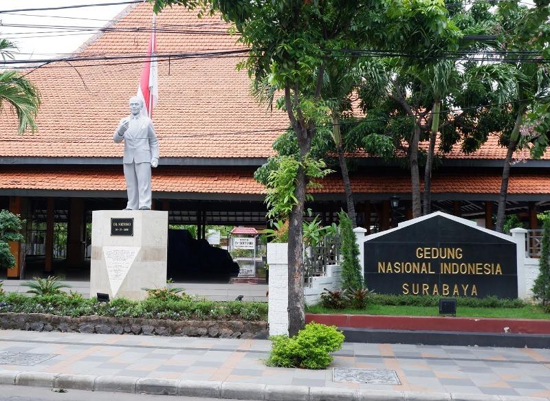 Patung Dokter Sutomo di depan GNI Surabaya.