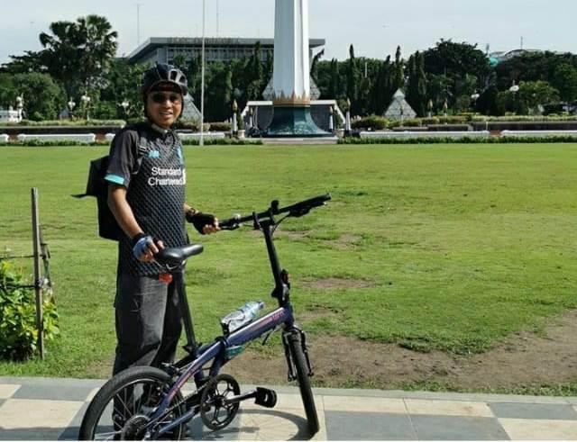 Hadi Mustofa Djuraid saat bersepeda di Tugu Pahlawan. (IG)
