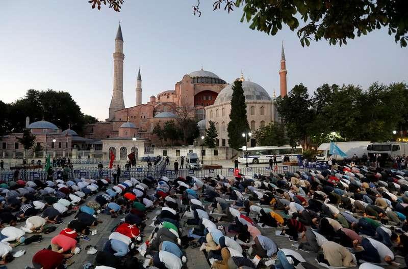 Shalat di depan Aya Sofya. Mengislamkan kembali Hagia Sophia.