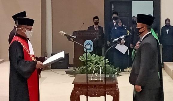 Kader Muhammadiyah dari Payaman Husnul Aqib, kanan, dilantik jadi wakil ketua DPRD Lamongan. (foto sin)