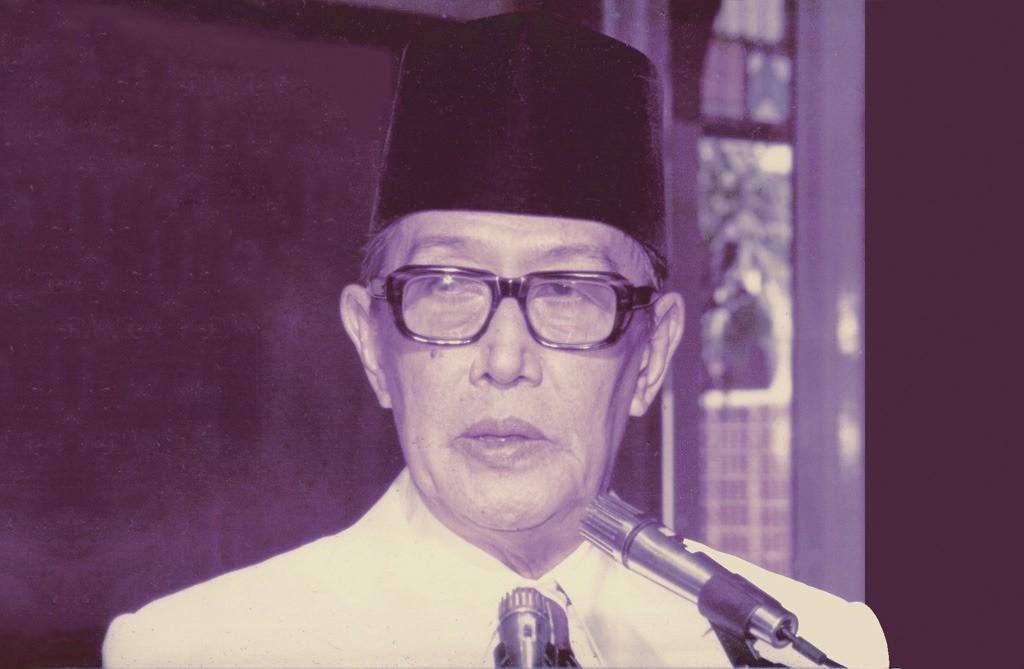 KH M Anwar Zain, yang pernah menjabat Ketua Pimpinan Wilayah Muhammadiyah (PWM) Jawa Timur tiga periode (1968-1989), dilahirkan di Kampung Dapuan (kawasan Ampel), Surabaya, pada 22 Juli 1916.