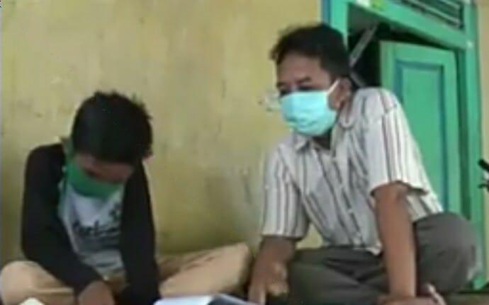 Guru peduli di tengah pandemi Covid-19 ditunjukkan Chilmi Muchamad. Dia harus mengajar keliling ke rumah-rumah muridnya yang tak punya HP.