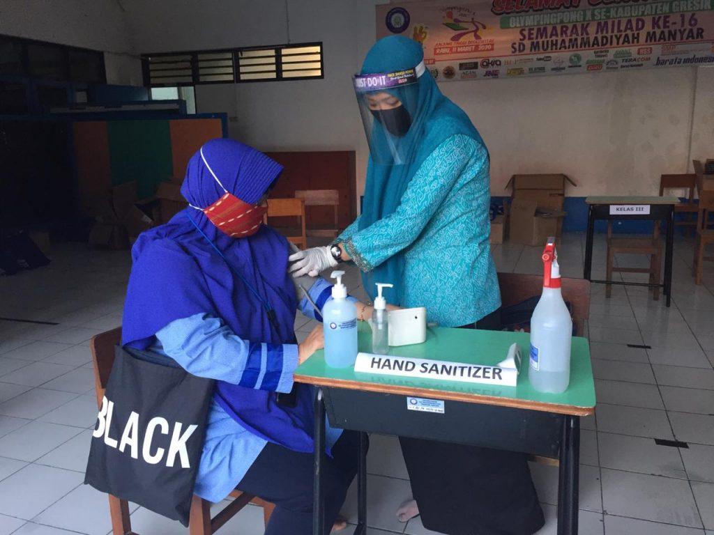 SDMM gandeng DSM dalam upaya mengontrol kesehatan guru dan karyawan. Hal itu disampaikan Kepala SD Muhammadiyah Manyar (SDMM) Ahmad Faizun SSos, Senin (13/7/20).