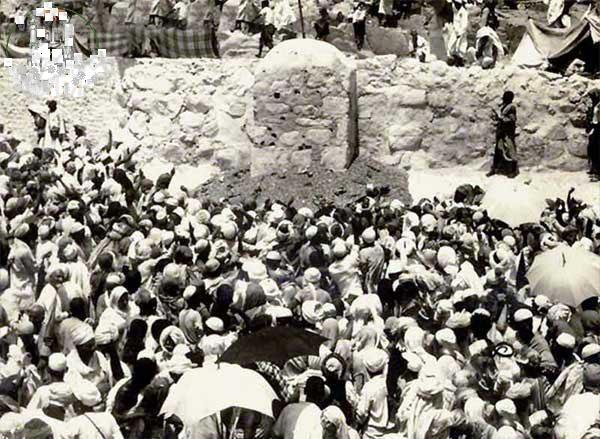 Haji zaman dulu. Di lokasi jamarat ini Ali mengumumkan manasik haji menurut Islam.