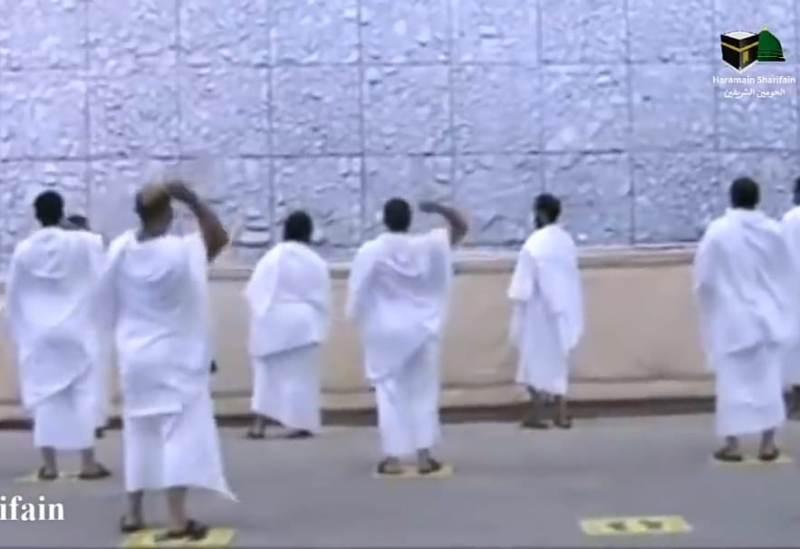 Jamaah haji lempar jumroh Aqabah dengan jaga jarak, Jumat (31/7/2020).