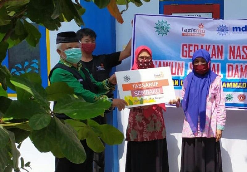 MCCC Lazismu Madiun membagi sembako ke warga Muhammadiyah dalam Program Taawun Sosial Peduli Dampak Covid-19, Kamis (16/7/2020).