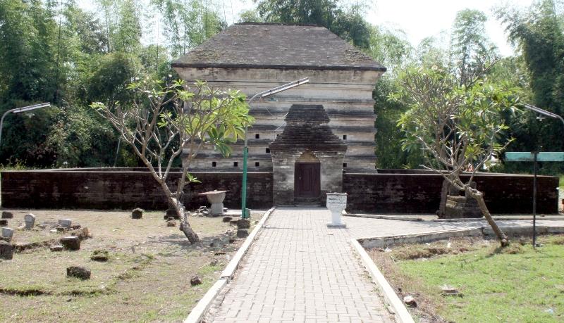 Makam Fatimah binti Maimun di Dusun Leran, Manyar, Gresik.