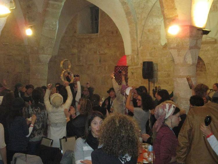 Pesta pora warga Israel di bar yang menempati Masjid Al Ahmar. (gulf news)