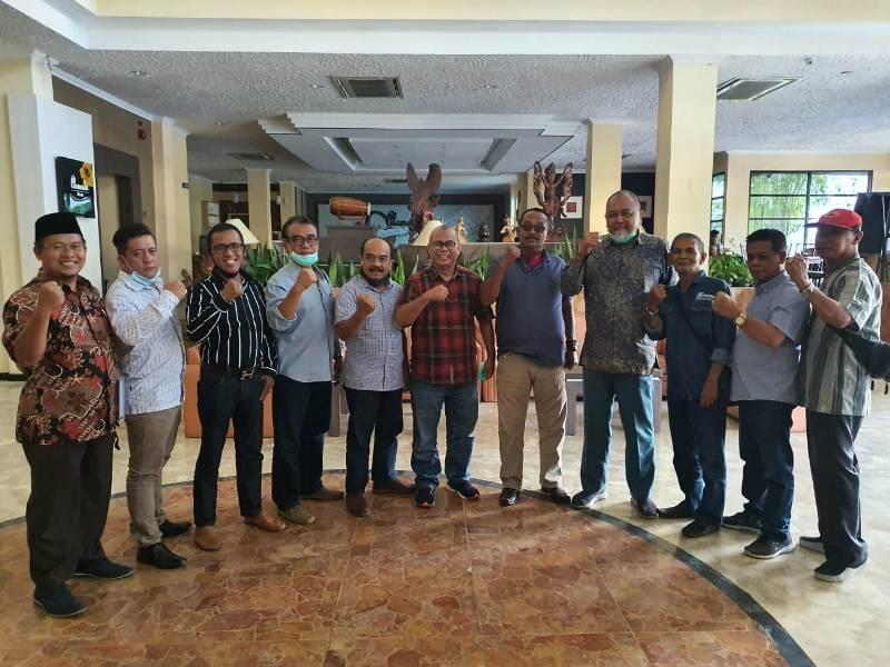 Ahmad Rubai, tengah, bersama beberapa DPD PAN menyongsong Muswil Virtual V. (Ainur Rafiq/PWMU.CO)