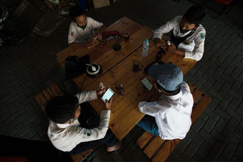 Para siswa menjalani sekolah online di Warkop. (pr)