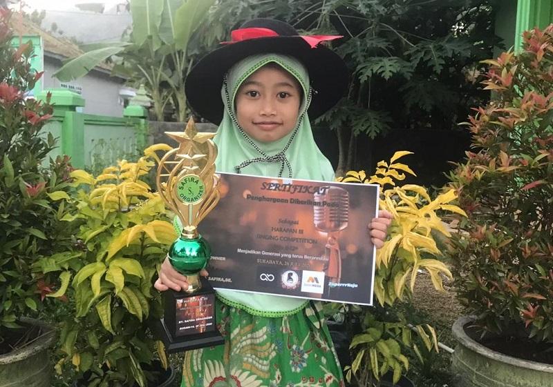 Asmaulhusna mengantarkan siswa SD Alam Muhammadiyah (Almadany) Kedanyang Gresik meraih juara, Ahad (26/7/20) dalam ajang yang diselenggarakan Safira Organizer.