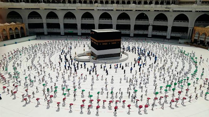 Jamaah haji melaksanakan thawaf qudum dengan berjarak. (aljazeera)