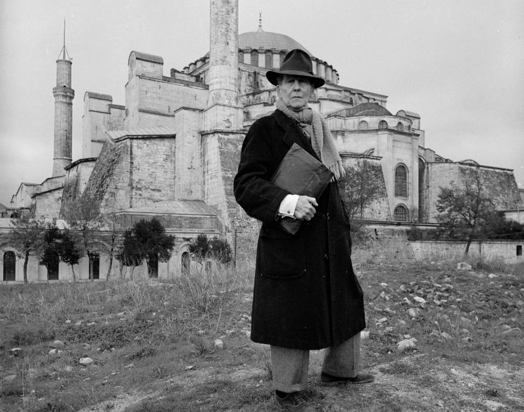 Thomas Whittmore di depan Hagia Sophia. (life.com)