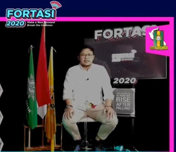 Wees Tove saat mengisi Fortasi Smamda Surabaya. (Eka Haris/PWMU.CO)