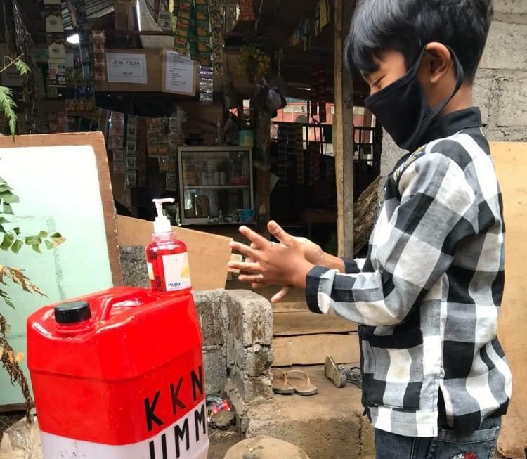 Mahasiswa UMM sosialisasi cuci tangan pada warga Desa Pegayaman, Buleleng, Bali. Kegiatan pengabdian pada masyarakat itu berlangsung Selasa (18/8/20).