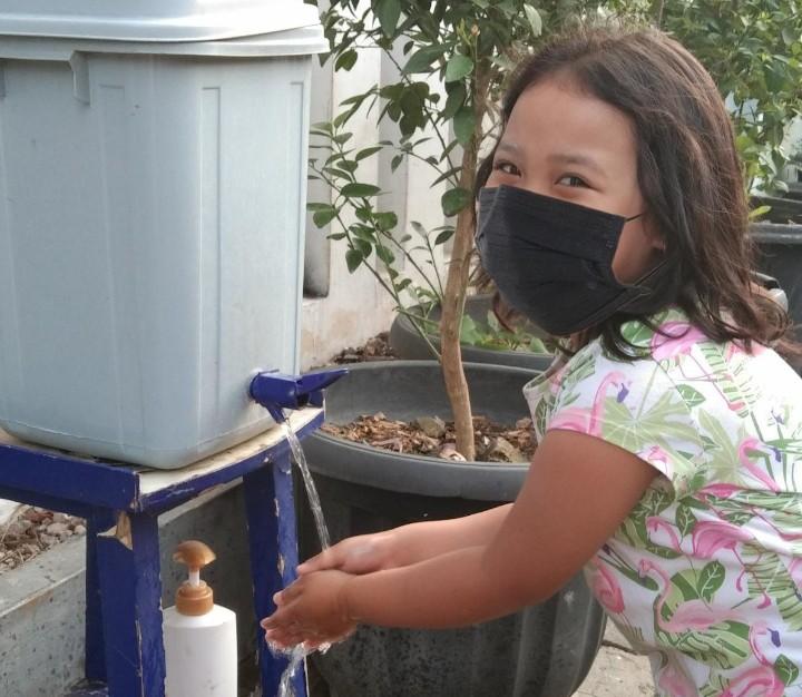 Ajari anak-anak cuci tangan yang benar. Mahasiswa UMM lakukan hal itu di Kelurahan Simokerto Kecamatan Simokerto Kota Surabaya, Sabtu (29/8/2020).