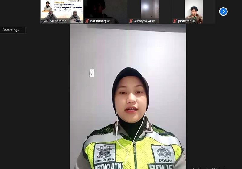 Alumni Spemdalas Mengajar menmghadirkan menghadirkan Briptu (Brigadir Polisi Satu) Retno Aliansyah SPd dengan memberi inspirasi sukses, Jumat (14/8/20).