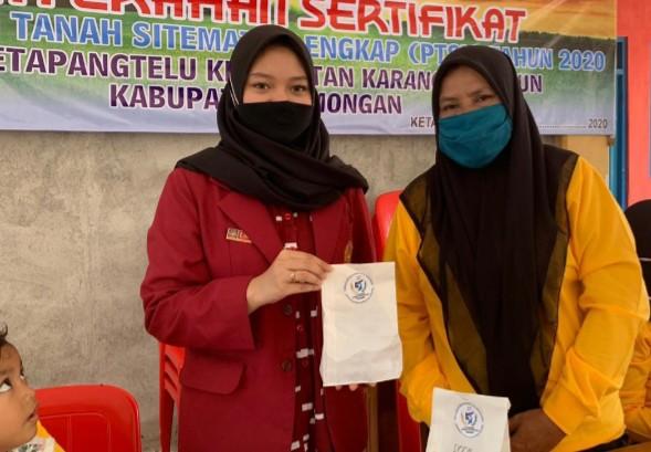 Bagikan hand sanitizer buatan sendiri. Hal itu dilakukan oleh mahasiswa UMM kepada warga Desa Ketapangtelu Kecamatan Karangbinangun Kabupaten Lamongan, Ahad (23/8/2020).