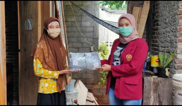 Berdayakan UMKM produksi masker. Hal itu dilakukan mahasiswa UMM di Desa Nglongsor, Kecamatan Tugu, Kabupaten Trenggalek mulai Ahad (9/8/2020).