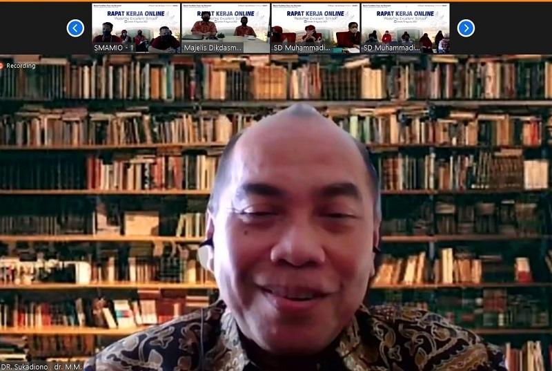 Pemimpin sukses harus bisa beradaptasi dengan perubahan disampaikan Dr dr Sukodiono MM dalam Rapat Kerja (Raker) Online Majelis Dikdasmen PCM GKB Gresik, Sabtu (15/8/20).