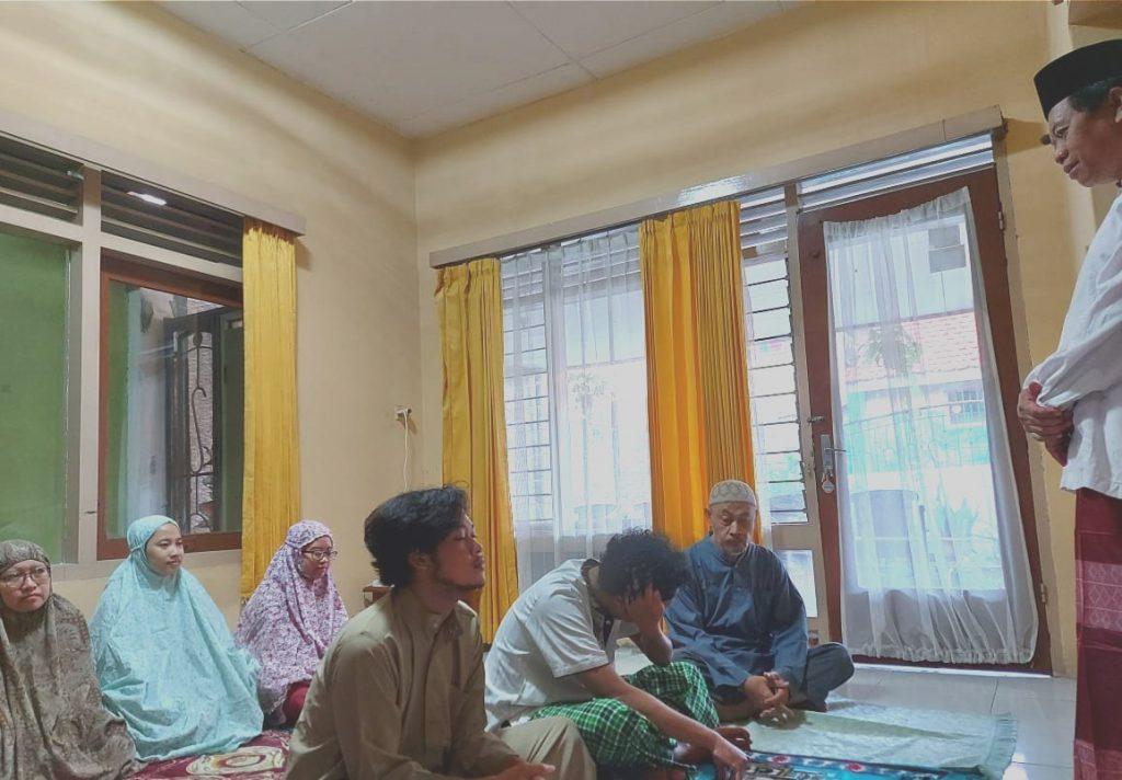 Keluarga Ibrahim, Inspirasi di Tengah Pandemi. Adalah tema khutbah yang disampaikan Prof Biyanto dalam shalat Idul Adha 1441 di rumahnya.