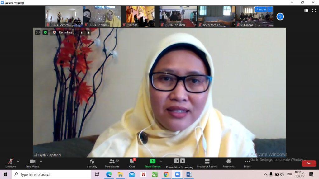 Diyah Puspitarini MPd mengatakan, lagu Nasyiahku Sayang menjadi lagu yang dinyanyikan Ibu Fatmawati saat menjahit bendera merah putih (Tangkapan layar zoom/PWMU.CO)