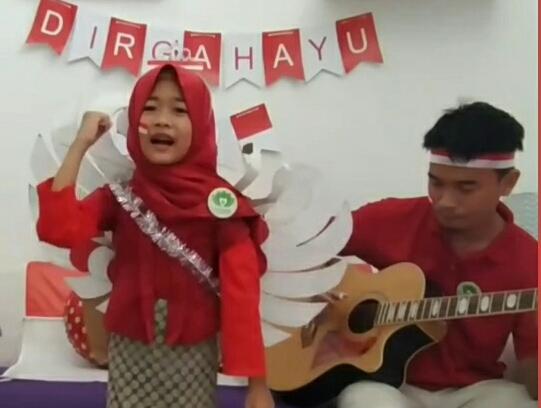 Penyanyi cilik Almadany Indira Nahda Ramadhina berhasil menjadi juara 1 lomba menyanyi online lagu kebangsaan yang diadakan Gresik Babywearers.