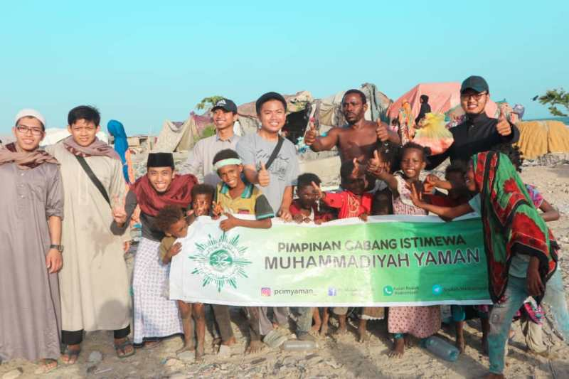 Tim Qurban PCIM Yaman membagi daging ke pengungsi perang di Mukalla. (Hamzah/PWMU.CO)