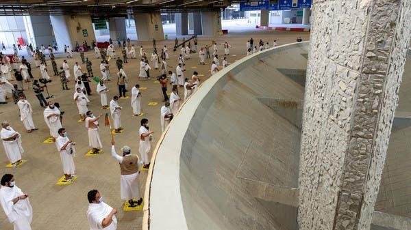 Jamaah haji lempar jumroh dengan berjarak. (alarabiya)