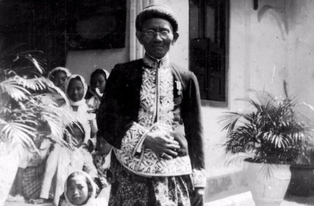 KH Sangidu alias KRPH Muhammad Kamaludiningrat.