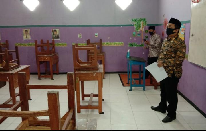 MCCC Surabaya visitasi SMP Mutu. MCCC Surabaya mengutus M Saiful untuk memeriksa kesiapan menjalankan protokol kesehatan di sekolah ini