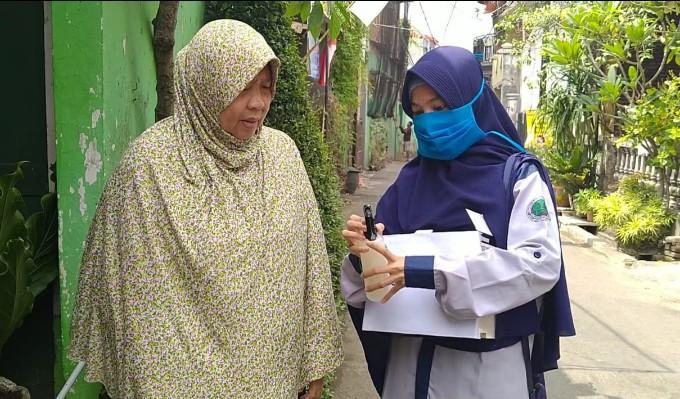 Mahasiswa UMM edukasi Covid-19.   Dua mahasiswa Universitas Muhammadiyah Malang (UMM) adalah Iis Muala Wati dan Mia Maftukatus Sholikha