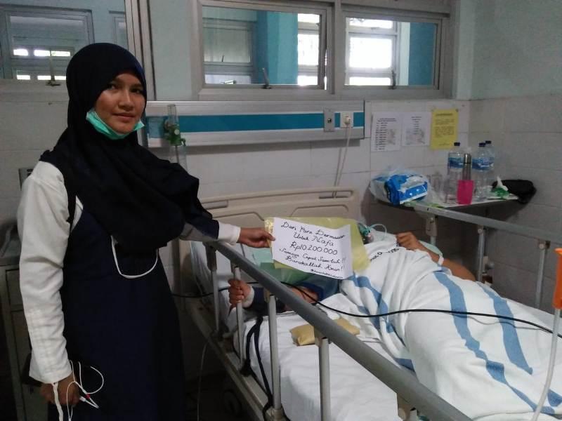 Rahmadani menerima sumbangan donatur. Biaya operasi ditanggung RS, uang sumbangan dipakai pengobatan. (Ernam/PWMU.CO)