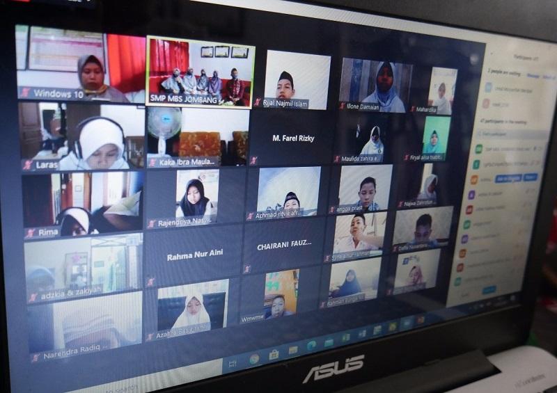 PJJ inovatif SMP Muhammadiyah Boarding School (MBS) Jombang dilaksanakan di pekan ketiga dengan memanfaatkan aplikasi Zoom, Kamis (13/8/20).