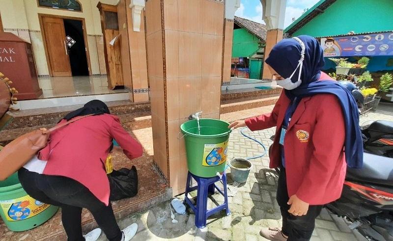Mahasiswa mengajak warga Desa Bono Kecamatan Boyolangu Kabupaten Tulungagung untuk mentaati protokol kesehatan, Kamis (27/8/20).