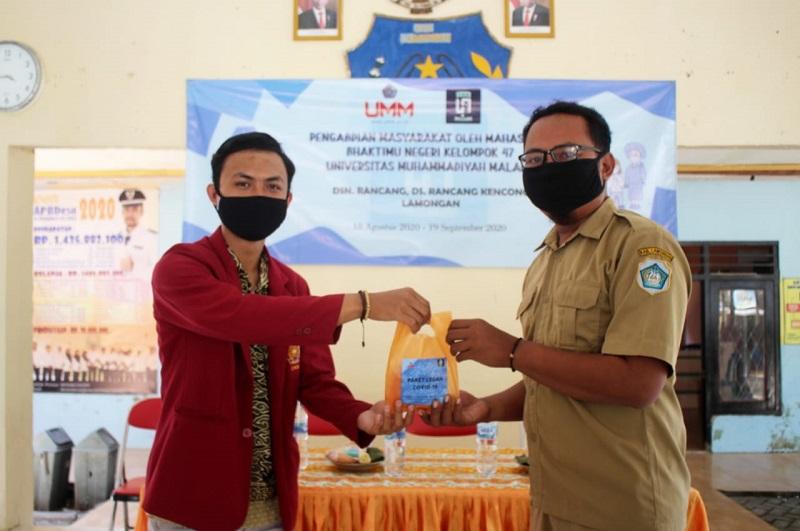 Paket cegah Corona disebar ke Warga di Dusun Rancang Desa Rancang Kencono Lamongan oleh Mahasiswa UMM dalam program PMM, Senin (24/08/20).