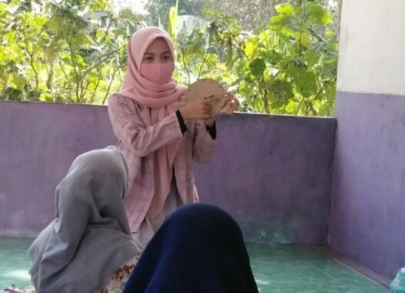 Permainan edukatif mahasiswa Universitas Muhammadiyah Malang (UMM) menghibur siswa saat liburan sekolah di di Desa Torjunan Kabupaten Sampang, Rabu (12/8/20).